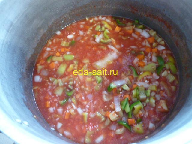 Варим салат с рисом и овощами до готовности риса