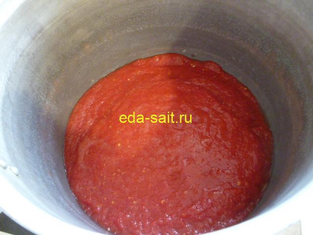 Вылить измельчённые помидоры в кастрюлю