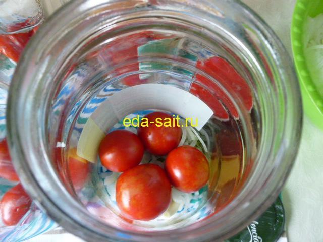 Выложить в банки помидоры