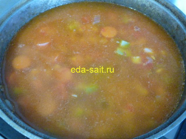 Налить в овощной суп с фасолью воду