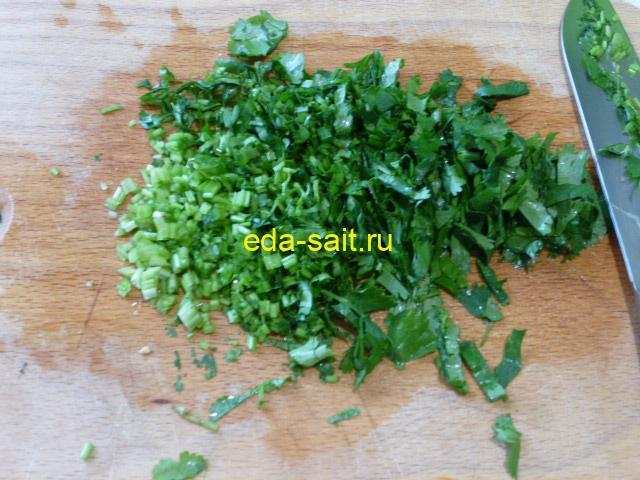 Нарезать зелень для овощного супа с фасолью