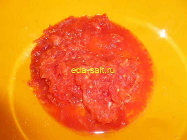 Натереть помидоры на крупной терке