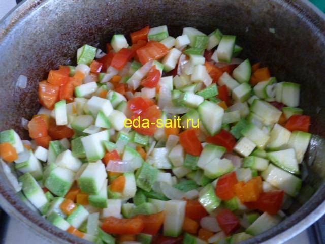 Обжарить овощи для супа с фасолью